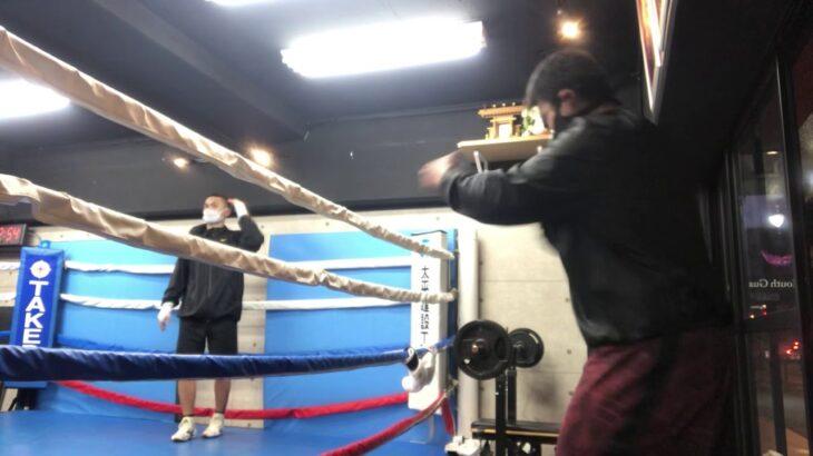 【ボクシングのシャドー11】 腰を意識、おしりの筋肉の緩みと重さと震えを意識して動かしても、腰が曲がっているため、震えのエネルギーが腰で吸収されてしまい、拳先に伝わっていない 【koumeican】