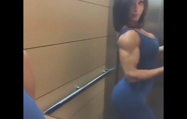 エレベーターの中で筋肉をチェックする筋トレ女子│Luciaさん【筋トレ女子】#Shorts